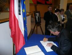 Dr. Milan Zver se je podpisal v žalno knjigo