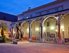 Prešernovo gledališče in Prešernov kip, Kranj, foto Jošt Gantar, www.slovenia.info