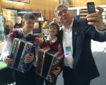 Selfie z mladima harmonikarjema