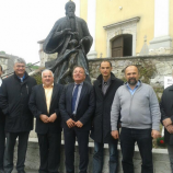 Pred kipom dr. Ignacija Knobleharja v Škocjanu